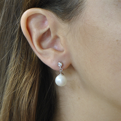 26157e2c845 Boucles pendantes clous perles blanches   oxyde zirconium